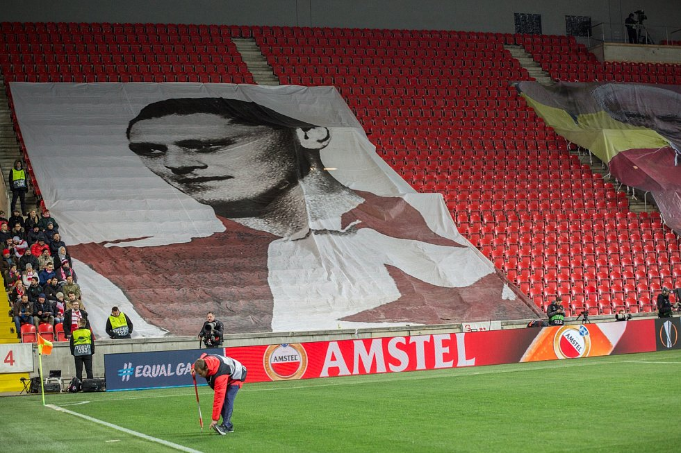 První utkání čtvrtfinále Evropské ligy mezi Slavií a Chelsea. Plakát Josefa Bicana.