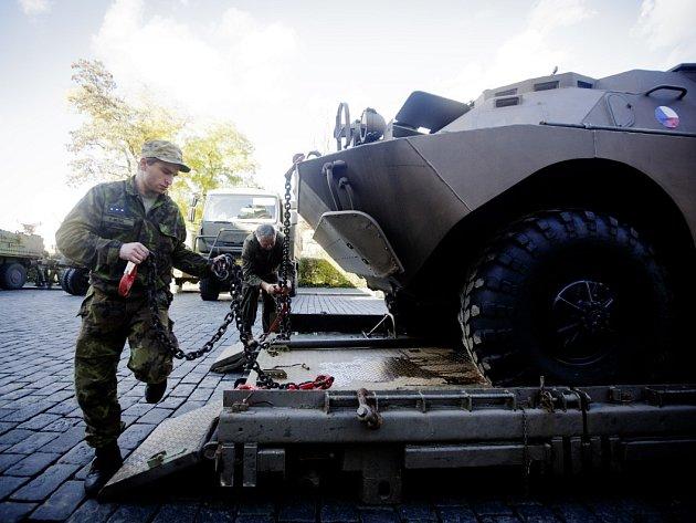 Vojáci 24. října naváželi a upravovali armádní techniku před zahájením výstavy armádních vozidel na pražském Hradčanském náměstí.