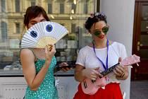 Vějířem a hudbou proti vedru