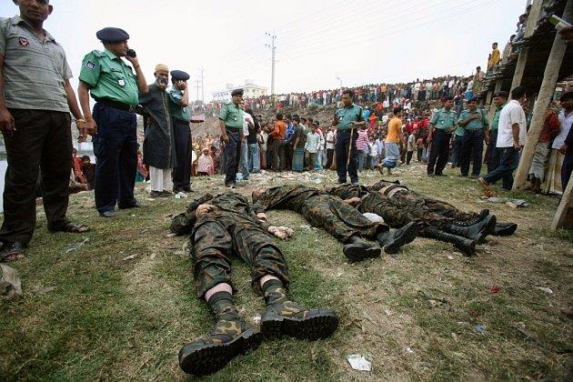 Těla mrtvých vojáků z Bangladéše.