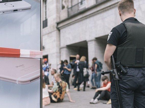 Německá policie dnes na berlínském bulváru Kurfürstendamm evakuovala obchod společnosti Apple poté, co v něm jistá skupina manipulovala s tekutinou připomínající toxickou rtuť.