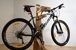 Designové dřevěné stojany a držáky na kola