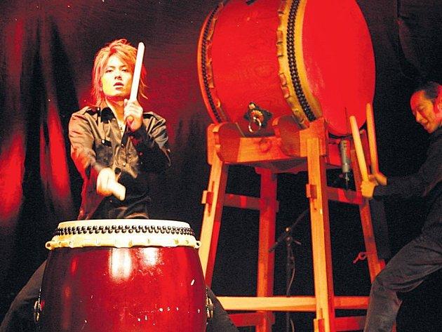 Šestice bubeníků Bushido vyměnila smrtonosné katany za paličky, ale do bubnů taiko bijí se stejnou samurajskou srdnatostí.