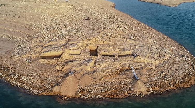 Dlouhotrvající sucho odkrylo více než 3400 let starý palác, který leží na březích řeky Tigris