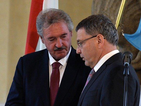 Ministři zahraničí států visegrádské skupiny, Lucemburska a Lotyšska se sešli 21. září v Praze kvůli řešení uprchlické krize. Na snímku z briefingu jsou lucemburský ministr Jean Asselborn (vlevo) a jeho český protějšek Lubomír Zaorálek.