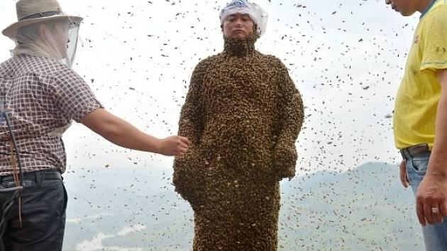 Číňan se nechal pokrýt 460.000 včelami, aby prodal víc medu.