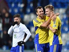 Fotbalisté Zlína Lukáš Pazdera (uprostřed) a Jakub Jugas (vpravo) se radují z gólu proti Mladé Boleslavi.