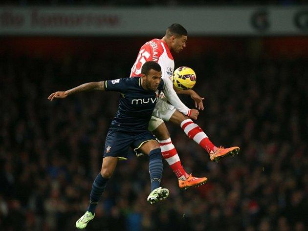 Alex Oxlade-Chamberlain z Arsenalu (vpravo) a Ryan Bertrand ze Southamptonu.