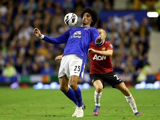 Marouane Fellaini z Evertonu (vlevo) a Tom Cleverley z Manchesteru United.