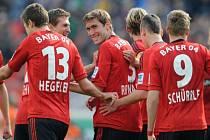 Fotbalisté Leverkusenu se radují z vítězství.