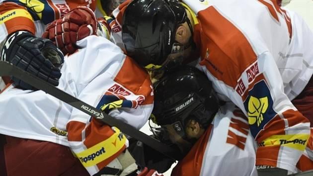 Hokejisté Olomouce se radují z gólu proti Českým Budějovicím.