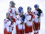 Smutní hokejisté (zleva) Tomáš Plekanec, brankář Ondřej Pavelec, Zbyněk Irgl, Jiří Tlustý a Tomáš Fleischmann po prohraném čtvrtfinále se Švýcarskem.