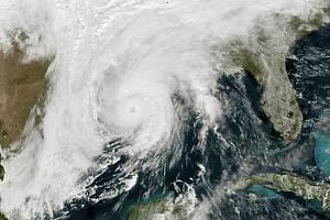 Hurikán Zeta (na satelitním snímku), který ve středu dorazil k jihovýchodnímu pobřeží amerického státu Louisiana, se přesouvá na severovýchod a způsobuje záplavy i rozsáhlé výpadky elektrického proudu
