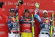 Nejslavnější sjezd světa v Kitzbühelu si podmanil Kjetil Jansrud (uprostřed) před druhým Dominikem Parisim (vlevo). Třetí skončil Guillermo Fayed.