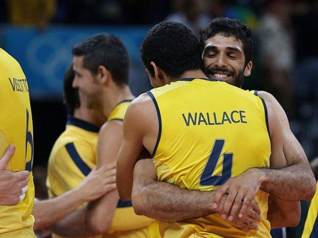 Volejbalisté Brazílie se radují z postupu do finále olympijských her v Londýně.