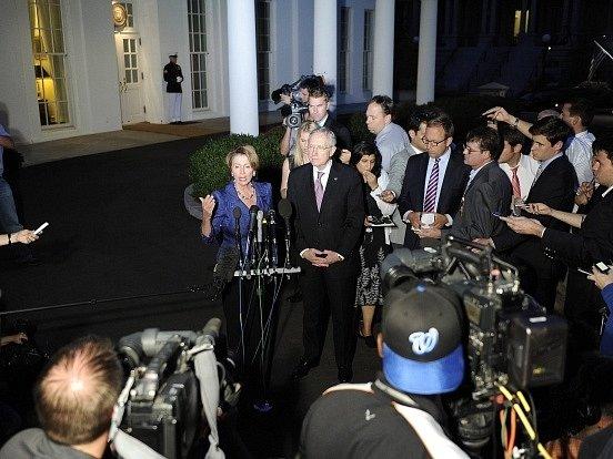 Vůdkyně sněmovní demokratické menšiny Nancy Pelosiová a vůdce demokratické většiny v Senátu Harry Reid mluví s novináři po schůzce s prezidentem Obamou.