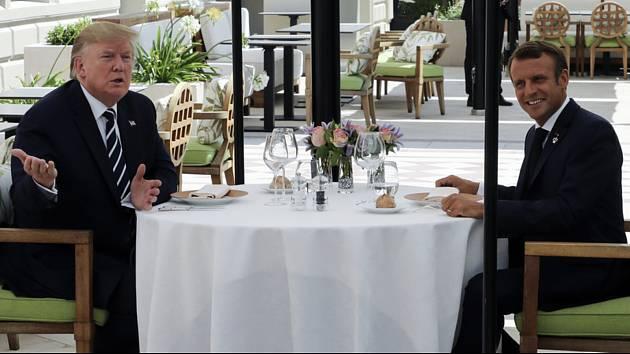 Americký prezident Donald Trump (vlevo) při obědě s francouzským prezidentem Emmanuelem Macronem během konání summitu G7