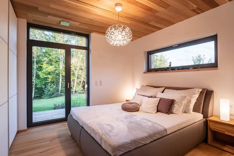 Stačí otevřít dveře a z ložnice mohou vyjít obyvatelé domu přímo na krytou terasu.