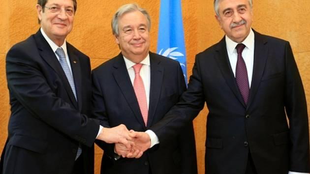 Nicos Anastasiades (vlevo), generální tajemník OSN António Guterres (uprostřed) a Mustafa Akinci.