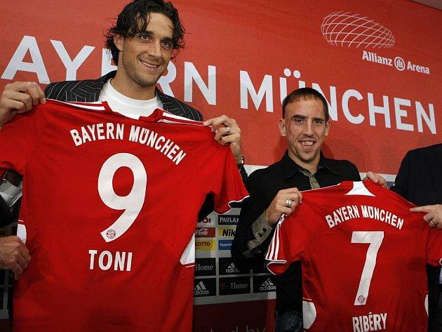 Luca Toni (vlevo) a Franck Ribéry se oficiálně stali hráči Bayernu Mnichov.
