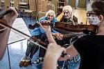 Novomestská filharmonie a její okteto vyrazilo potěšit starší generaci. V České Skalici zahráli i speciálně jen pro pár, který ten den slavil 65. leté výročí svatby.