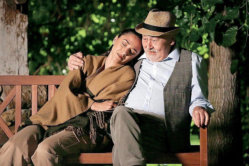 Seriál Slunečná a otec Popelka se svou dcerou Týnou, neboli Ota Jirák a Eva Burešová.