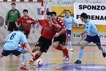 Momentka ze zápasu prvoligových futsalistů Benago Praha (v červeném) a Eco-investment Praha.