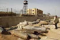 Příslušník bezpečnostních sil Hamasu prohlíží nevybuchlé bomby, svržené na Gazu během dvaadvacetidenní izraelské ofenzívy.