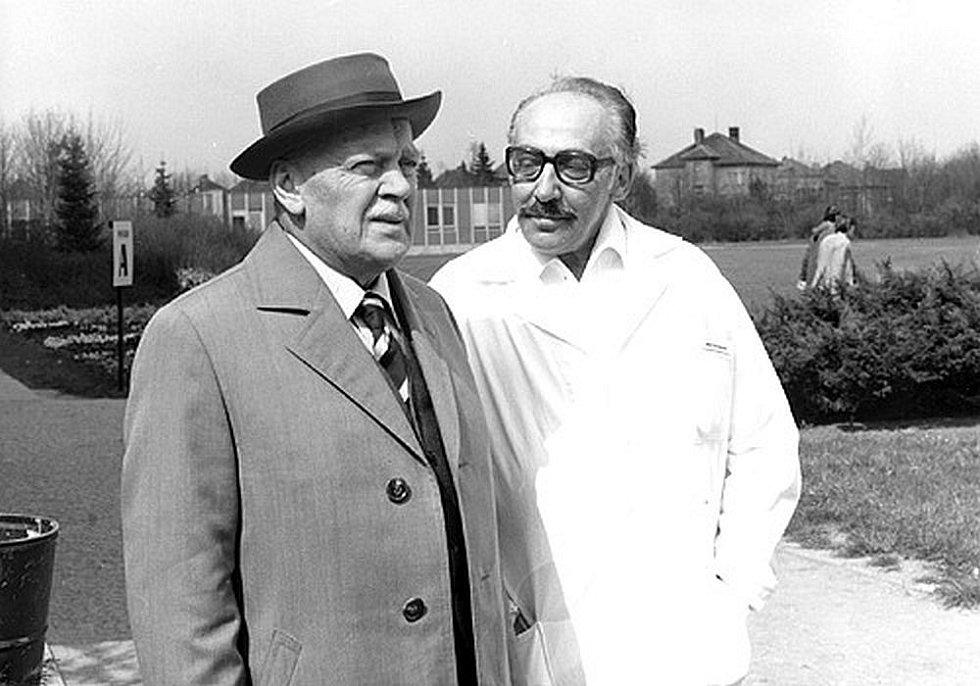 Karel Höger a Miloš Kopecký při natáčení seriálu Nemocnice na kraji města