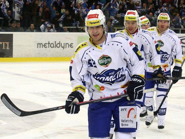 Hokejisté Brna (zleva) Vojtěch Němec, Jan Hruška a Petr Ton.