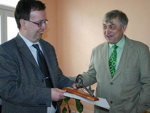 Rathův náměstek Marcel Hrabě (vlevo) na archívním snímku z otevření nové školy ve Slaném.