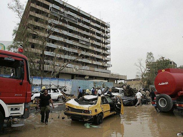 Exploze v Bagdádu si vyžádaly desítky mrtvých a stovky zraněných.