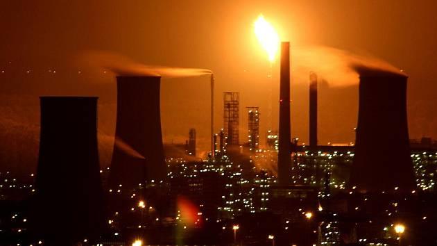 V chemickém komplexu v Záluží u Litvínova končí takzvaná zarážka. Při obnovování provozu firma spaluje přebytky na etylenové jednotce na polním hořáku. Večer za mlhy to vytváří nad celým Mosteckem zajímavé světelné efekty.