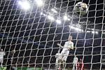 Míč se dotkl sítě, cestu k vítězství má Leverkusen volnou.