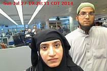 FBI zkoumá možnou komunikaci Farooka a jeho manželky Tashfeen Malikové s teroristickou organizací Islámský stát.