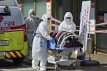 Zdravotníci s pacientem s podezřením na nákazu koronavirem u nemocnice v jihokorejském Tegu.