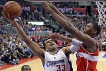 Grant Hill z Los Angeles Clippers se snaží prosadit přes Kevina Seraphina z Washingtonu.