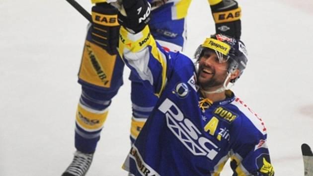 Petr Leška oslavuje krásnou trefu do klece Třince.