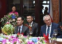 Prezident Miloš Zeman (vpravo) a předseda čínské společnosti CEFC Jie Ťien-ming (vlevo).