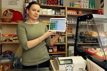 """Alena Baráková provozovatelka bufetu v Městském ústavu sociálních služeb v Kotíkovské ulici v Plzni ve své provozovně s tabletem na kterém má aplikaci pro odesílání EET. """"Od rána mně to nefunguje, píše to problémy se spojením s Finančním úřadem."""