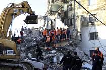 Záchranáři prohledávají trosky domu ve městě Thumanë, který se zřítil během zemětřesení.