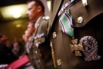 Ministr obrany Alexandr Vondra v pátek 4. listopadu 2011 při ceremoniálu v památníku na pražském Vítkově vyznamenal vojáky druhé jednotky, která v provincii Vardak cvičila příslušníky afghánské armády.