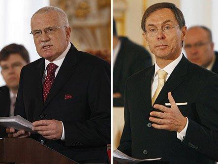 Václav Klaus a Jan Švejnar před řečnickým pultem.