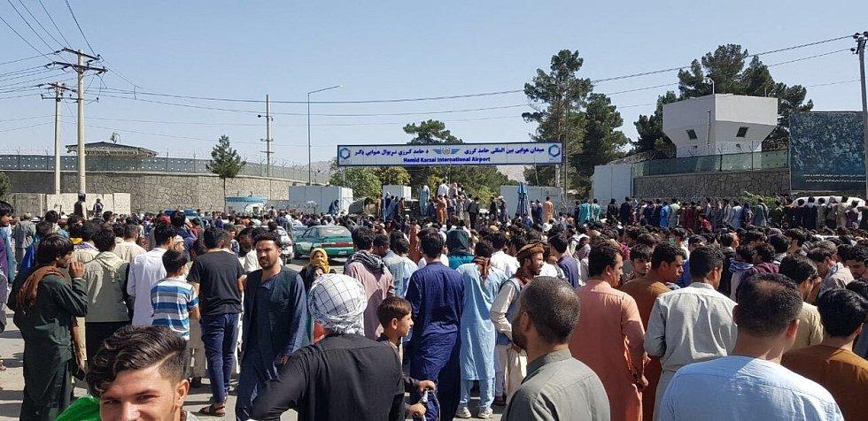 Afghánci tísnící se u letiště v Kábulu