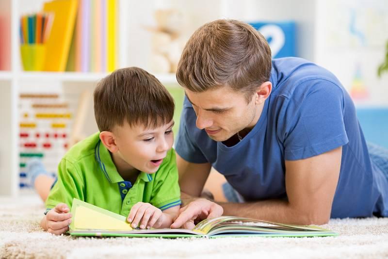 Stát se čtenářem je dlouhá cesta po malých krůčcích, na jejímž začátku musí stát rodič