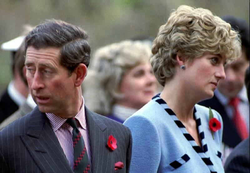 Problémy v manželství prince Charlese a princezny Diany byly postupem let stále zřetelnější. Už ani na veřejnosti se nedařilo maskovat, že jde o nešťastný svazek. Známé jsou fotografie, kde se pár mračí, a vůbec se na sebe nedívá.