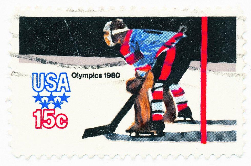 Archivní známka, která symbolizuje americký triumf na ZOH