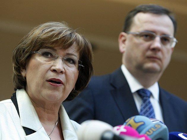 Ministryně práce a sociálních věcí Ludmila Müllerová a premiér Petr Nečas.