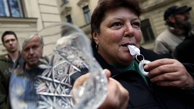Členové Odborového svazu pracovníků průmyslu skla a porcelánu demonstrovali ve čtvrtek před úřadem vlády.