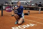 Karolína Plíšková s trofejí pro vítězku turnaje v Římě.
